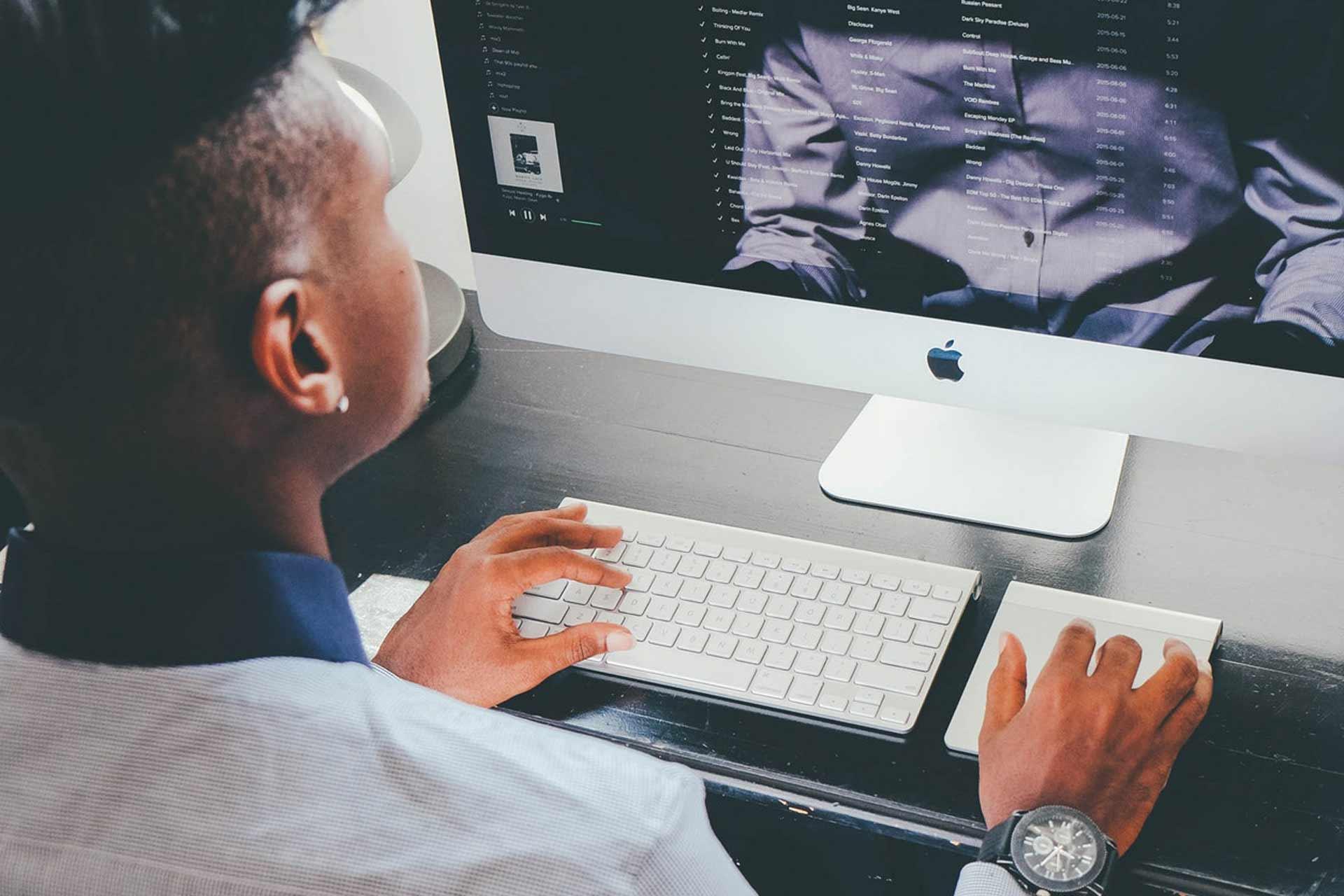 apple-computer-desk-159807